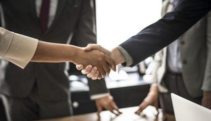 Tolke aftalen forsegles med et hånd tryk